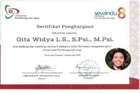 Gita W penghargaan dedikasi 8 tahun di UPJ